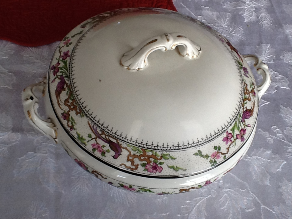 WEDGEWOOD SOUP BOWL WITH LID.JPG