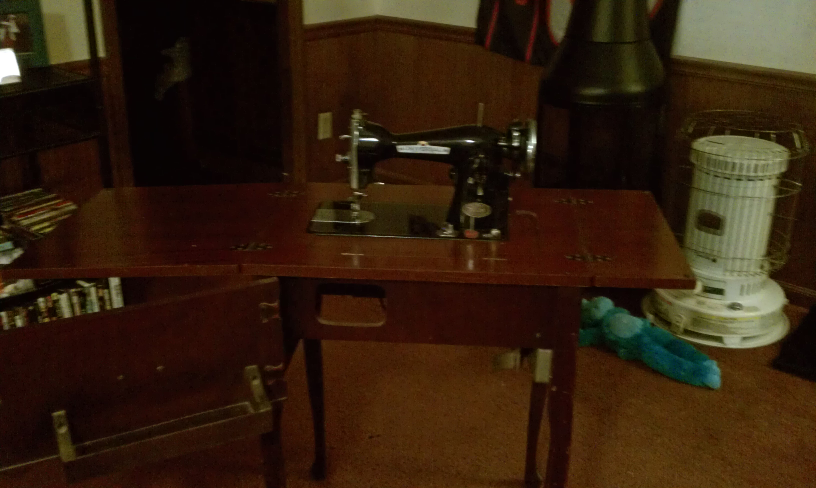 Tremendous I Have A Antique Universal Brand Sewing Machine And Was Home Interior And Landscaping Spoatsignezvosmurscom
