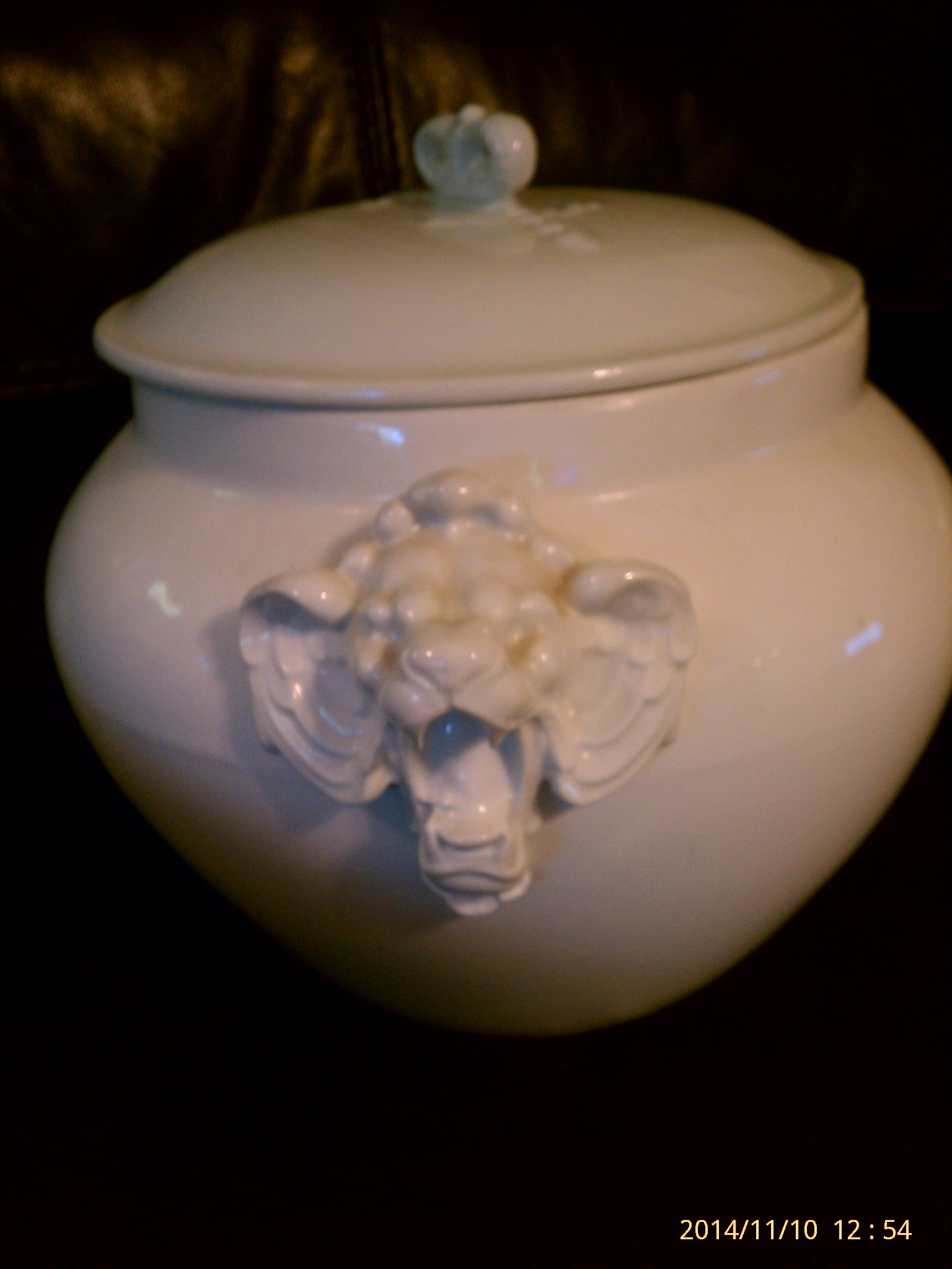 tureen lion handle detail
