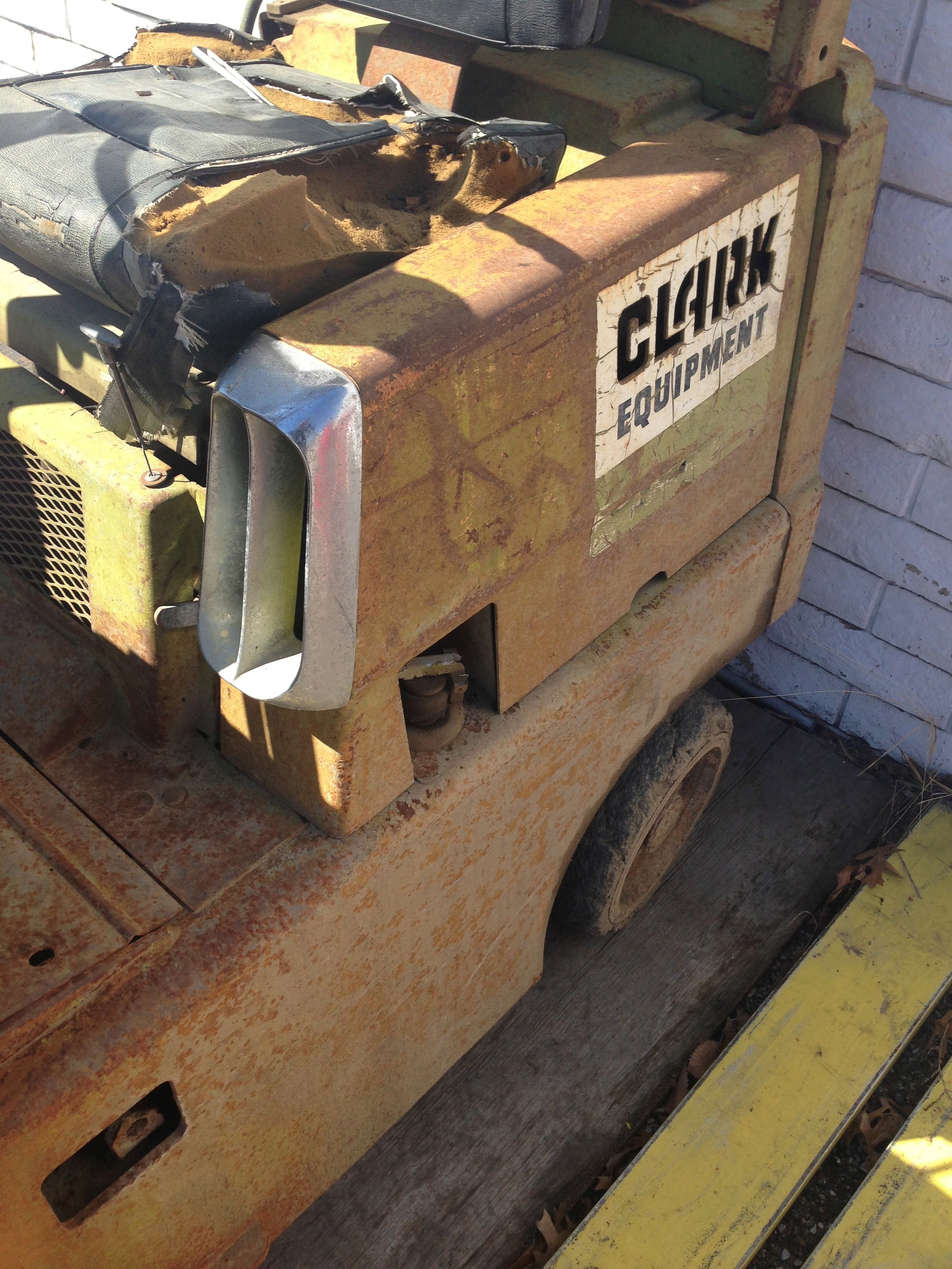 Can someone help me identify this forklifts year?
