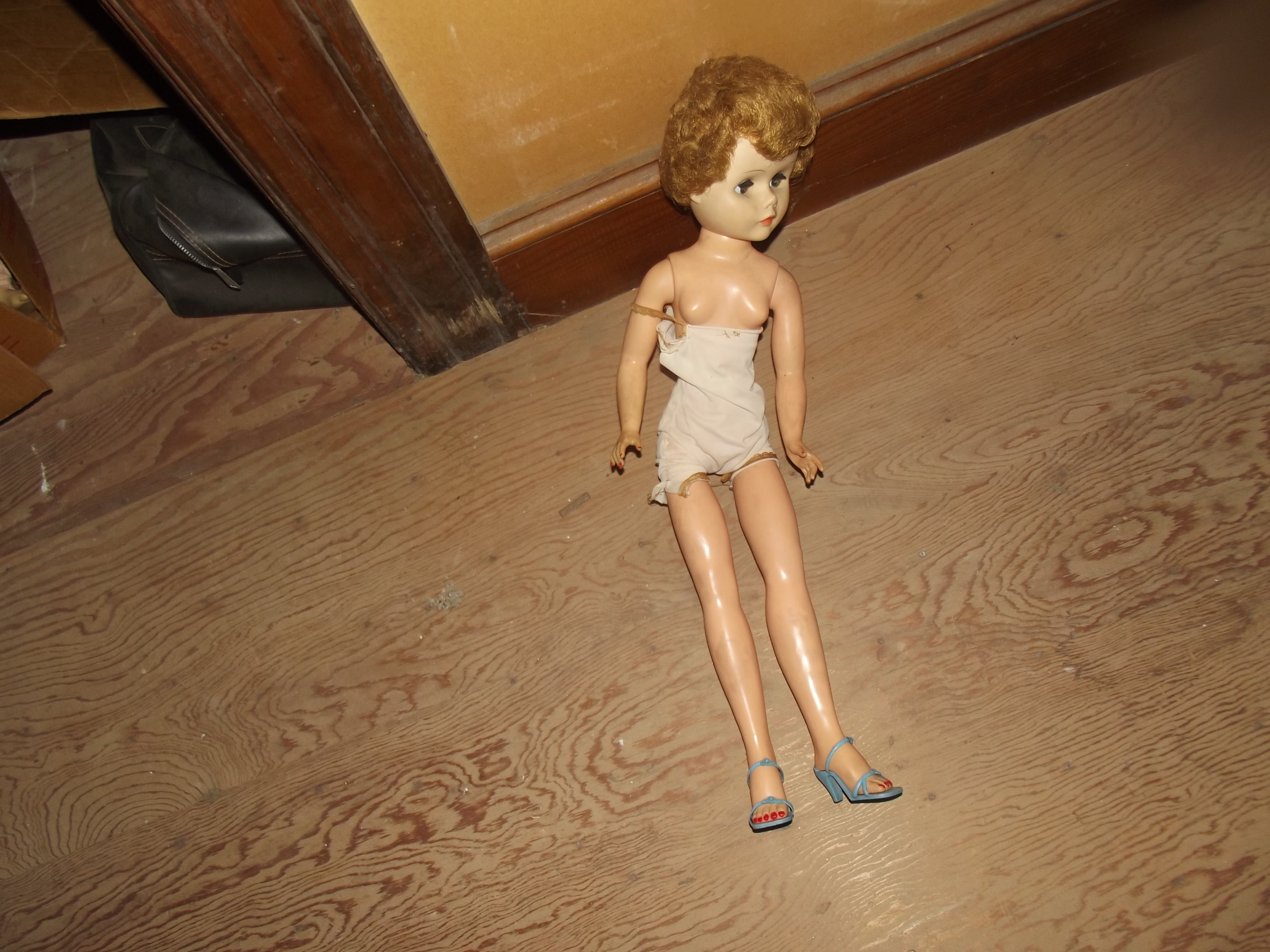 ESTATE DOLL NOT DRESSED UPSTAIRS USE 1.JPG