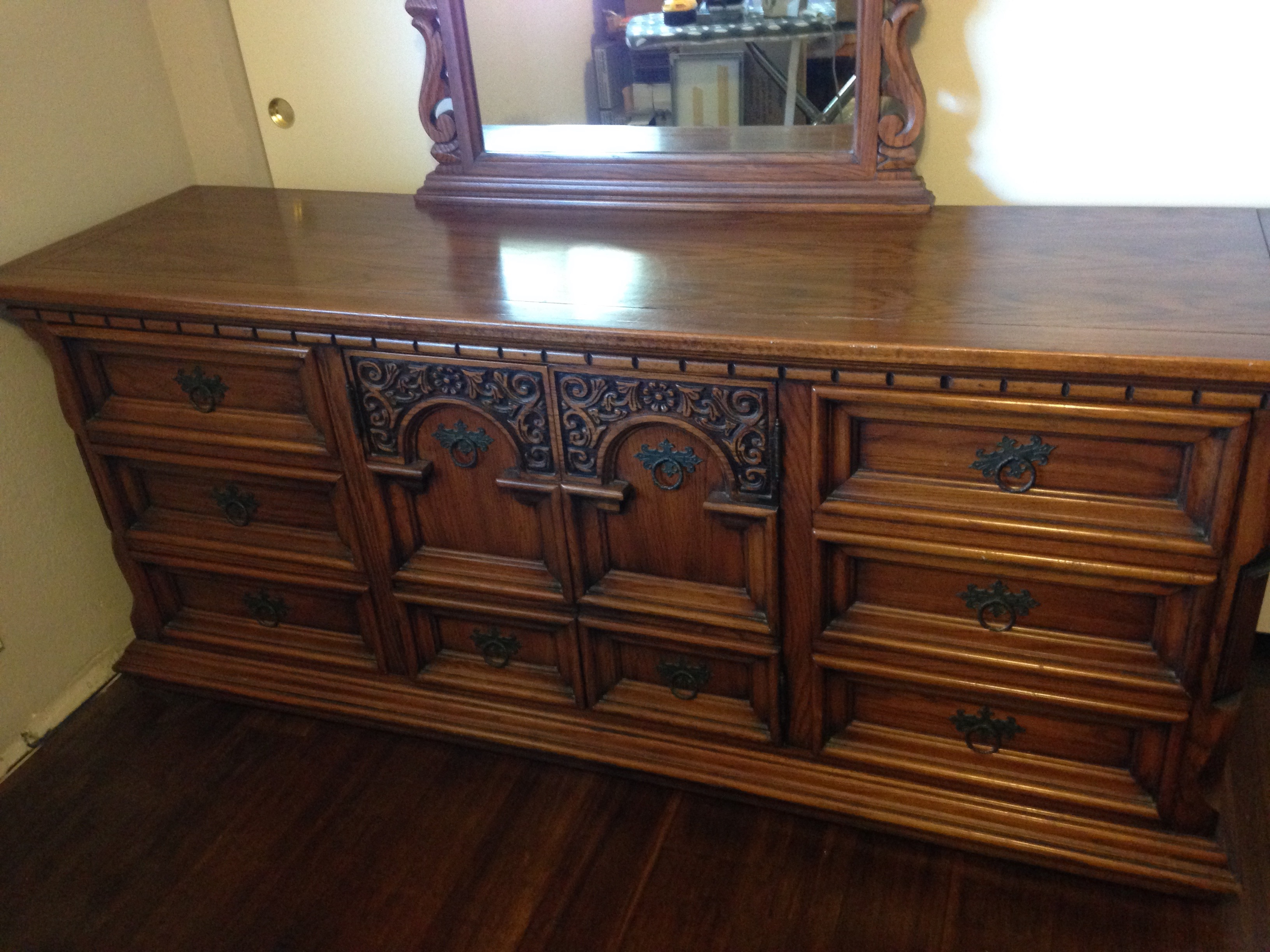 I have a 5 piece plus mirror Link- solid oak bedroom set ...