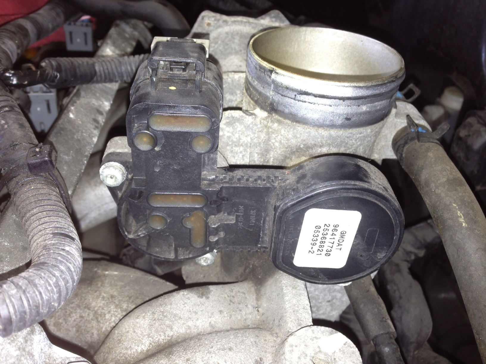 2013 09 20_165605_throttlebody 2006 suzuki forenza vin kl5jd56z56k418276 a code p2135 for the Chevy Engine Wiring Harness at readyjetset.co