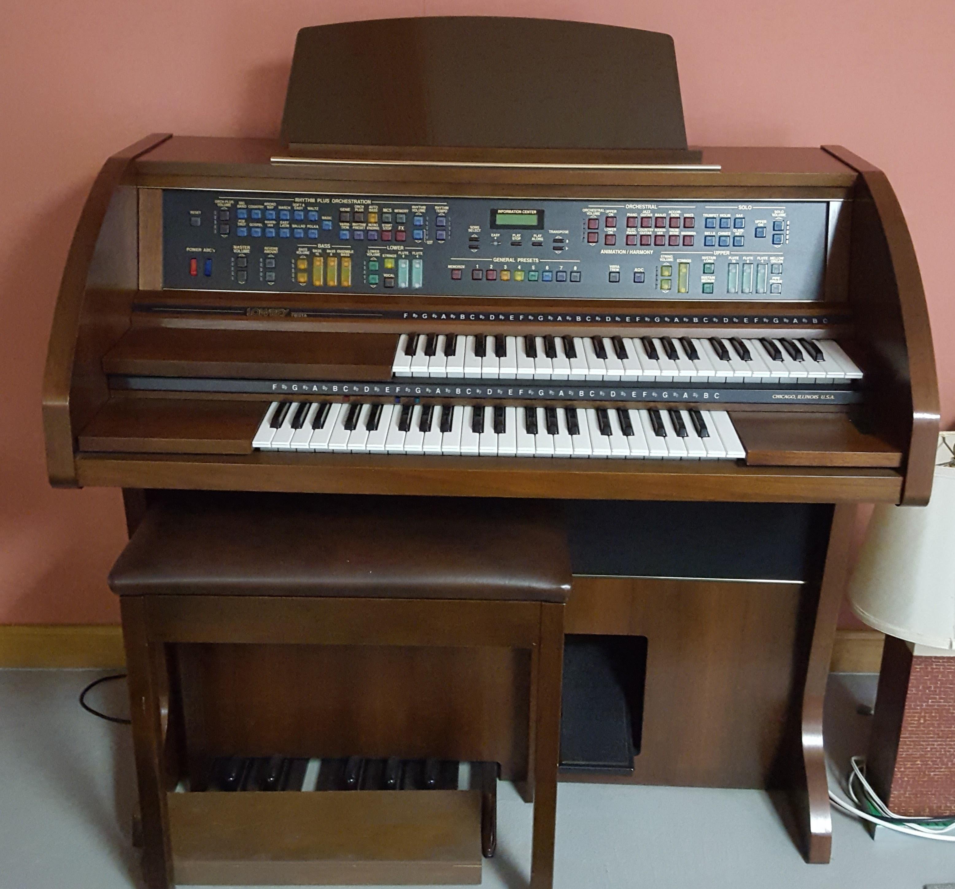 Lowrey organ photo.jpg